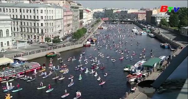 Nga - Sôi động lễ hội ván chèo đứng Fontanka-Sup tại  phố St  Peterbourg