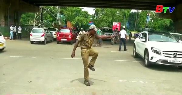 Điều tiết giao thông bằng những động tác múa