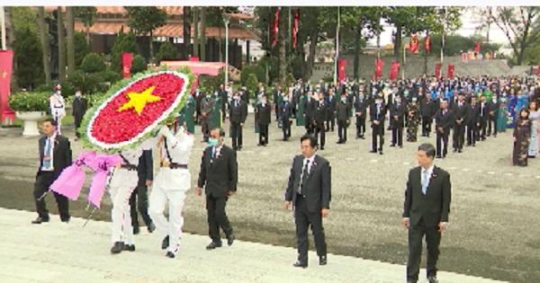 Viếng nghĩa trang liệt sĩ trước đại hội đảng bộ tỉnh Bình Dương lần XI
