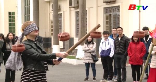 Sinh viên nước ngoài trải nghiệm Tết Việt