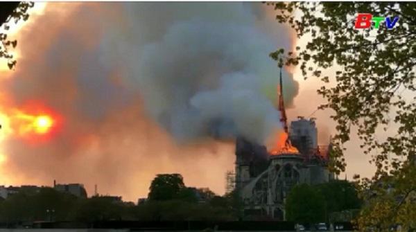 Khoảnh khắc ngọn tháp của Nhà thờ Đức Bà Paris sụp xuống vì lửa