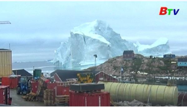 Đan Mạch sơ tán cả một ngôi làng do tảng băng khổng lồ trôi đến gần