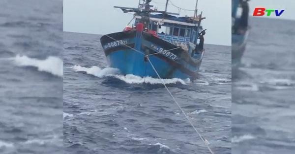 Đà Nẵng cứu nạn tàu cá cùng 8 ngư dân