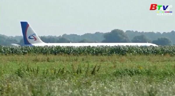 Máy bay Nga buộc hạ cánh giữa đồng