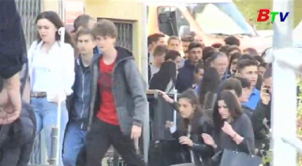 Pháp phát lệnh báo động sau vụ học sinh cầm súng xông vào trường