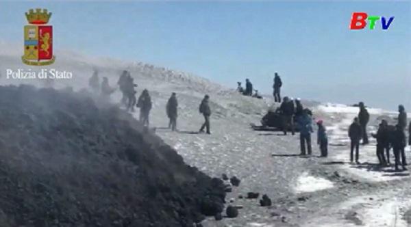 Núi lửa Etna phát nổ làm 10 người bị thương