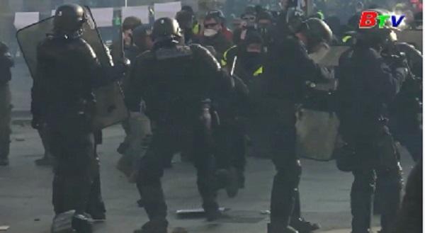 Pháp - Bạo lực đột ngột bùng phát trong cuộc biểu tình 'Áo vàng'