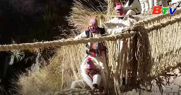 Độc đáo cách xây cầu truyền thống ở Peru