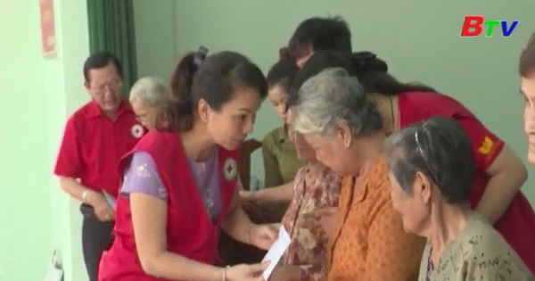 Tặng quà gia đình chính sách huyện Dầu Tiếng