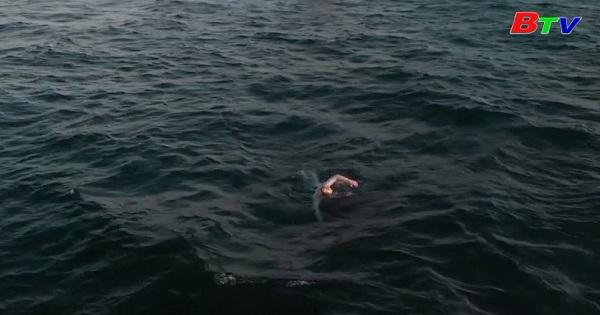 Bệnh nhân ung thư lập kỷ lục bơi qua eo biển Manche