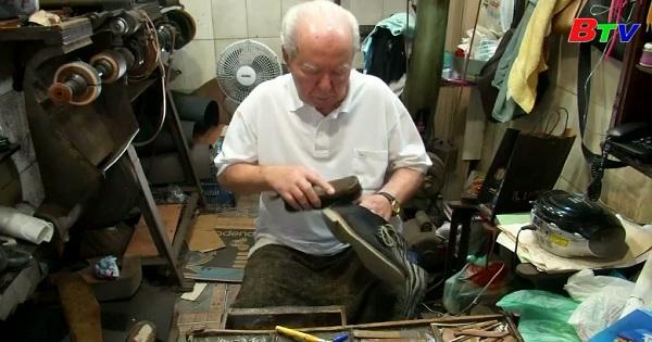 89 tuổi vẫn tiếp tục nghề sửa giày