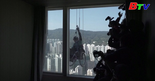 Ngồi xe lăn chinh phục toà nhà chọc trời tại Hong Kong, Trung Quốc