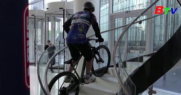 Pháp - Chinh phục tòa nhà 33 tầng bằng xe đạp