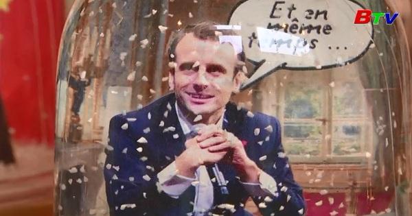 Quả cầu tuyết hình tổng thống Macron hút khách trước lễ giáng sinh