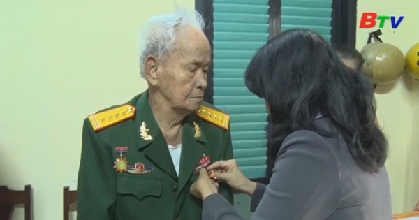 Thành phố Thủ Dầu Một trao huy hiệu Đảng