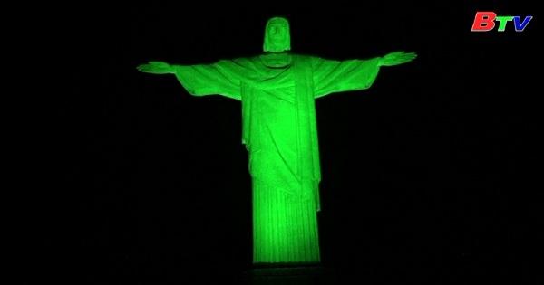 Tượng chúa cứu thế được thắp sáng trong ngày thánh Patrick