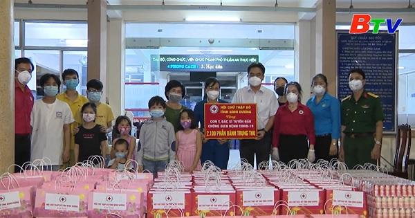 Hội Chữ thập đỏ Tỉnh trao tặng bánh trung thu cho lực lượng y tế thành phố Thuận An