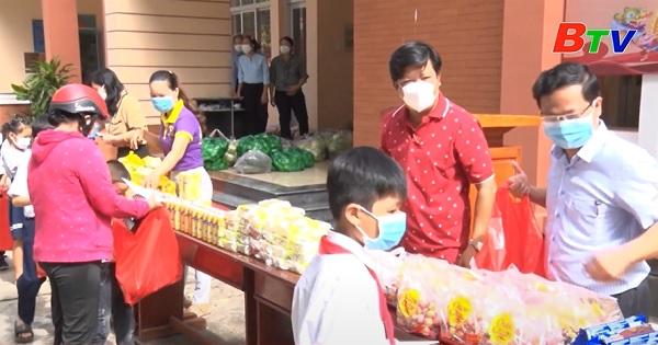 Phiên chợ nhân đạo cho các em thiếu niên, nhi đồng