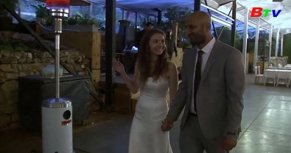 Hôn lễ thời Covid-19 chỉ có 2 người cũng đủ hạnh phúc