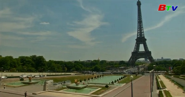 Du khách Paris đối phó với nắng nóng