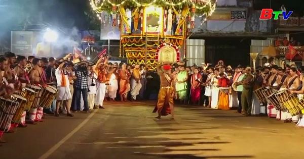Lễ hội ném lửa của người Hindu - Ấn Độ