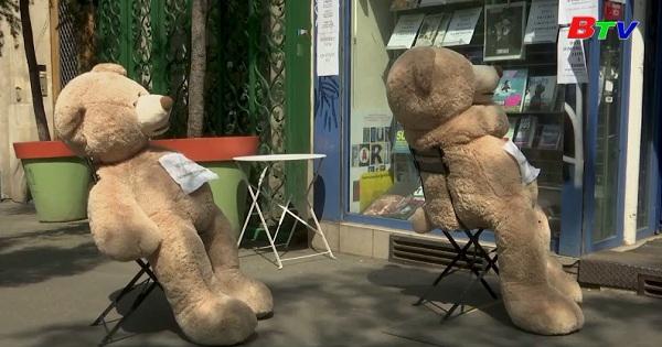Pháp - Gấu bông nhắc nhở giãn cách xã hội