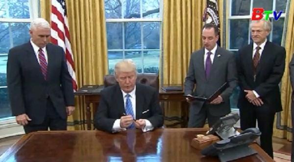 Tân Tổng thống Mỹ Donald Trump ký sắc lệnh rút khỏi hiệp định TPP