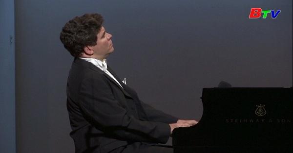 Nga - Nghệ sĩ dương cầm vẫn trình diễn giữa mùa covid-19