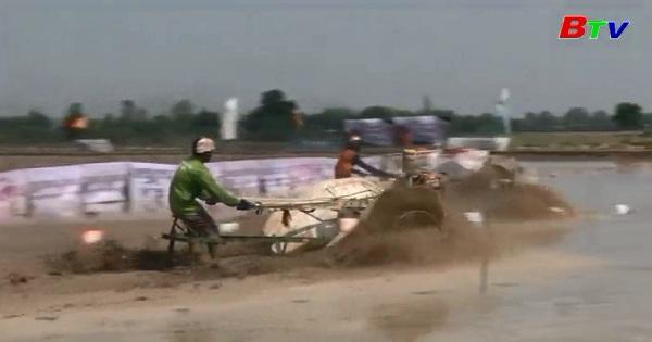 Sôi động cuộc thi lái máy cày của nông dân Thái Lan