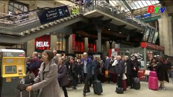 Pháp bắt giữ một đối tượng cầm dao tại nhà ga