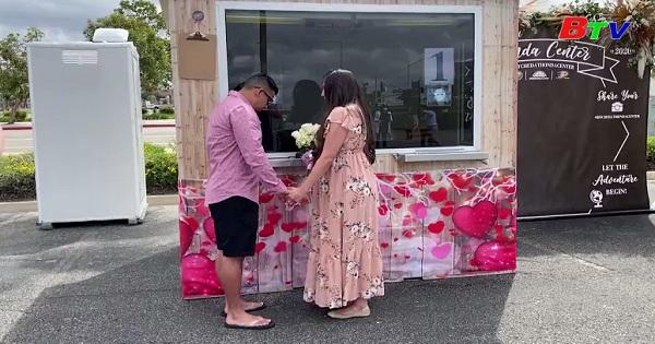 Mỹ - Đám cưới phong cách Hawaii ngoài bãi đậu xe