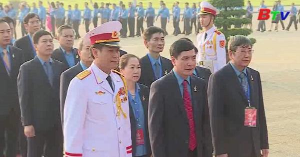 Đoàn đại biểu dự Đại hội công đoàn lần thứ XII viếng lăng Chủ tịch Hồ Chí Minh