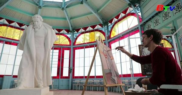 Nga tình nguyện cách ly tại phòng trưng bày nghệ thuật  để thỏa thích vẽ  tranh