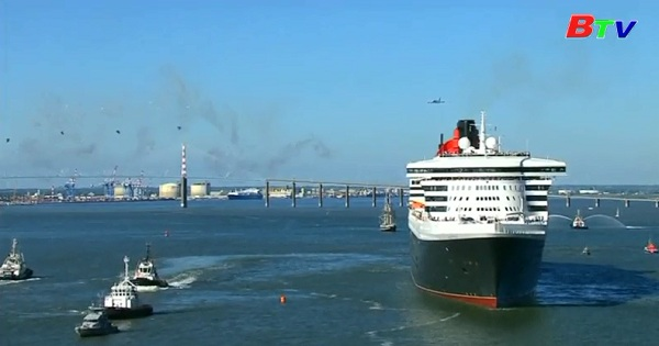 Tàu du lịch Queen Mary 2 bắt đầu cuộc đua thuyền buồm