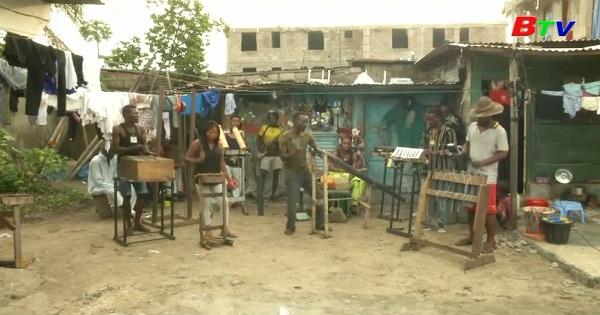 Ban nhạc với nhạc cụ làm từ rác thải ở Cộng Hòa Dân Chủ Congo