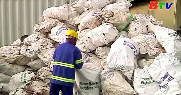 Biến rác thu gom trên đỉnh Everest thành tác phẩm nghệ thuật