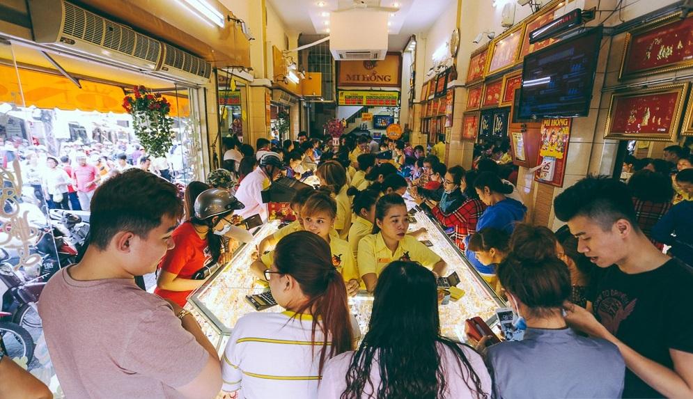 Người dân đi mua vàng trước ngày vía Thần Tài