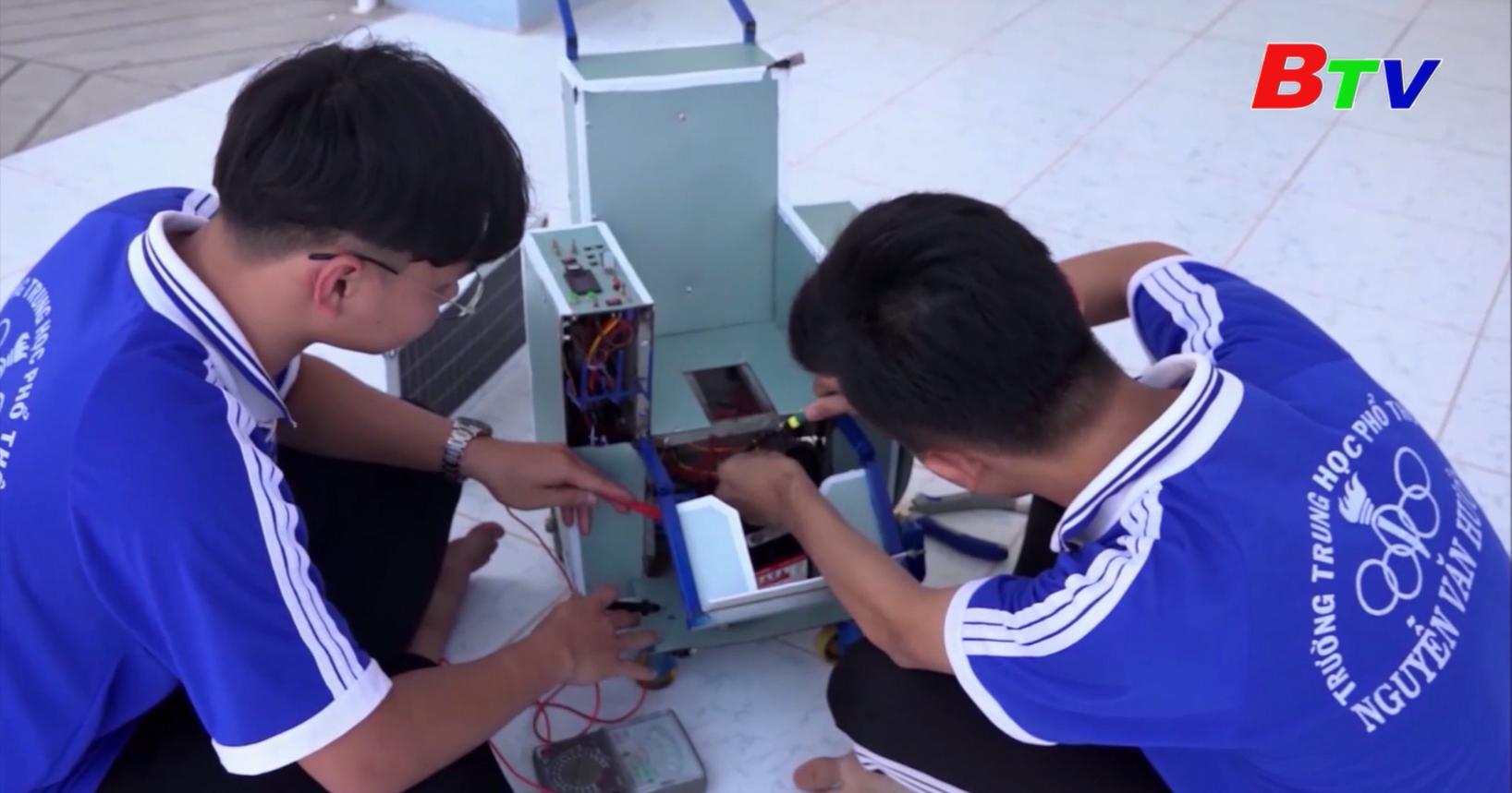 Học sinh chế xe lăn thông minh cho người khuyết tật