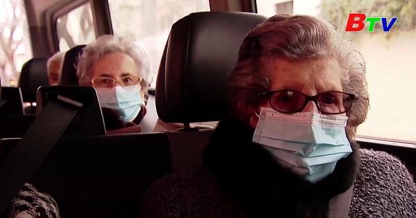 Tây Ban Nha - Các cụ già được tiêm vắc xin đầy đủ được ra ngoài xem biểu diễn