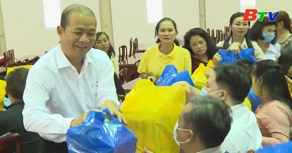 Bình Dương tiếp tục tặng quà tết cho người khuyết tật, trẻ mồ côi