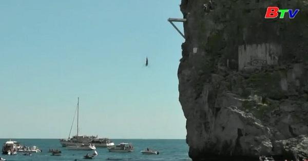 Hào hứng cuộc thi nhảy cầu vách đá ở Crimea