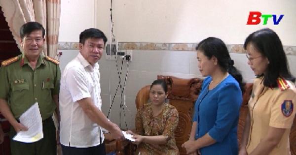 Ban An toàn giao thông thăm tặng quà nạn nhân tai nạn giao thông tại Thuận An
