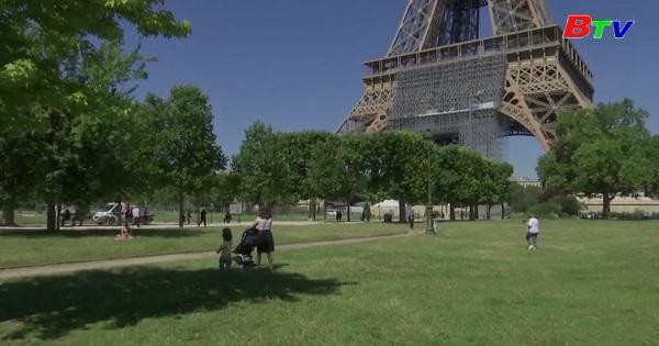 Pháp - Cư dân Paris hưởng trọn thời tiết ấm áp