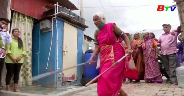 Ấn Độ - Cụ già 85 tuổi làm khán giả say mê