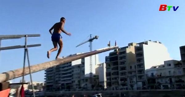 Vui nhộn cuộc thi chạy trên cột mỡ