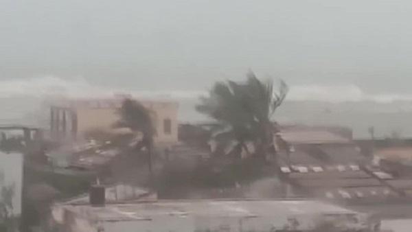 Cảnh gió giật dữ dội khi bão số 9 đổ bộ vào đảo Lý Sơn