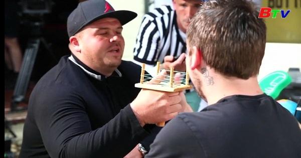 Kỳ lạ cuộc thi vật ngón tay cái tại Anh
