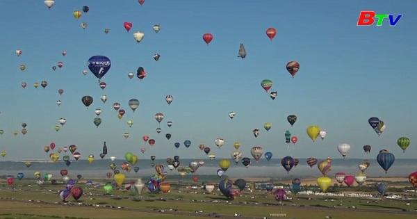 456 khinh khí cầu được thả trong lễ hội khinh khí cầu tại Pháp
