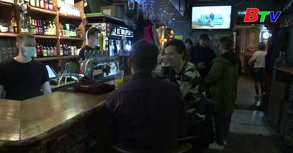 Các hộp đêm và quán bar ở Nga thực hiện quét mã QR theo dõi trường hợp  mắc covid-19