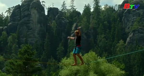 Mạo hiểm đi dây căng trong rừng